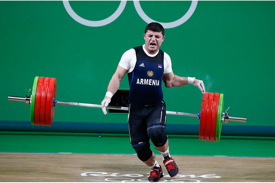 Mit schmerzverzerrtem Gesicht ließ Karapetyan das Gewicht fallen.