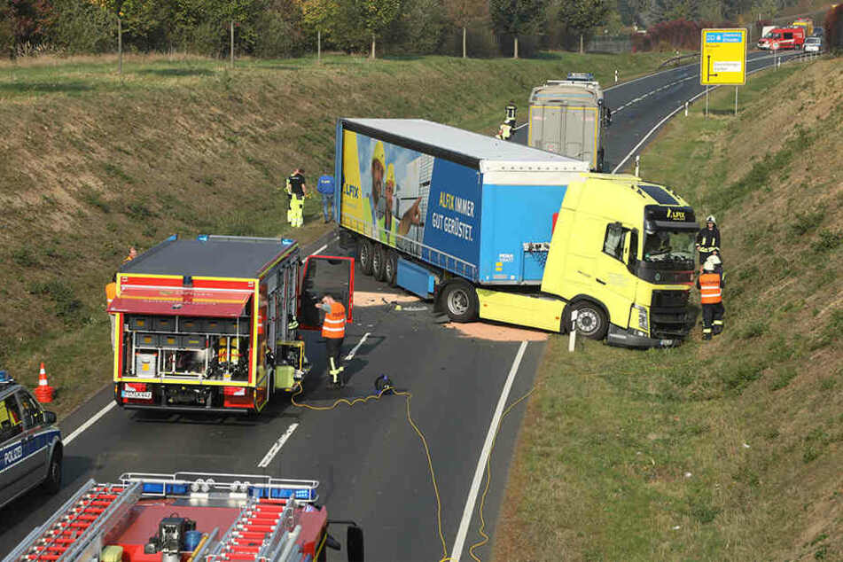 Der Volvo riss sich den Dieseltank auf und blieb quer auf der Fahrbahn stehen.