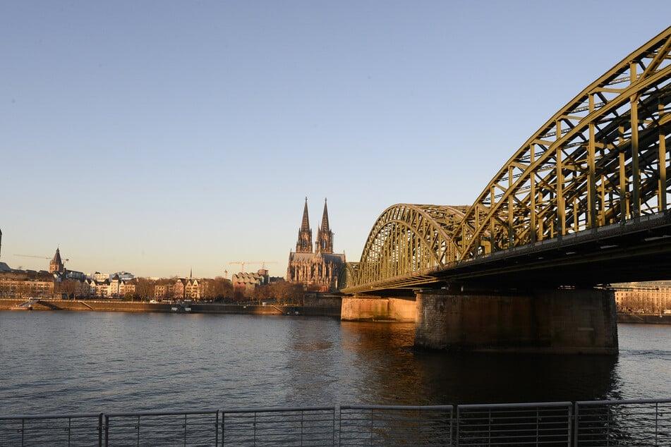 Eine Spezialfirma soll sich um die Bergung im Bereich der Deutzer Brücke und der Hohenzollernbrücke kümmern. Doch noch fehlt ein geeignetes Konzept.