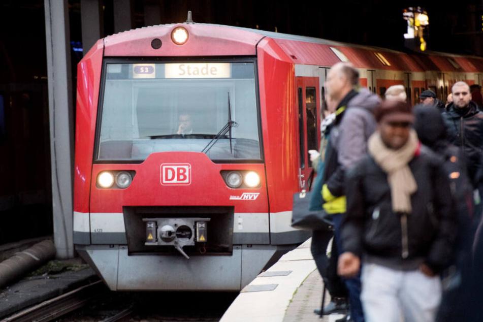 Die Züge der Linie S3 fahren normalerweise von Pinneberg über den Hauptbahnhof bis nach Stade.