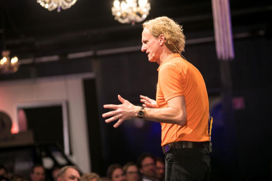 Thomas Baschab während eines Seminars vor Publikum. (Archivbild)
