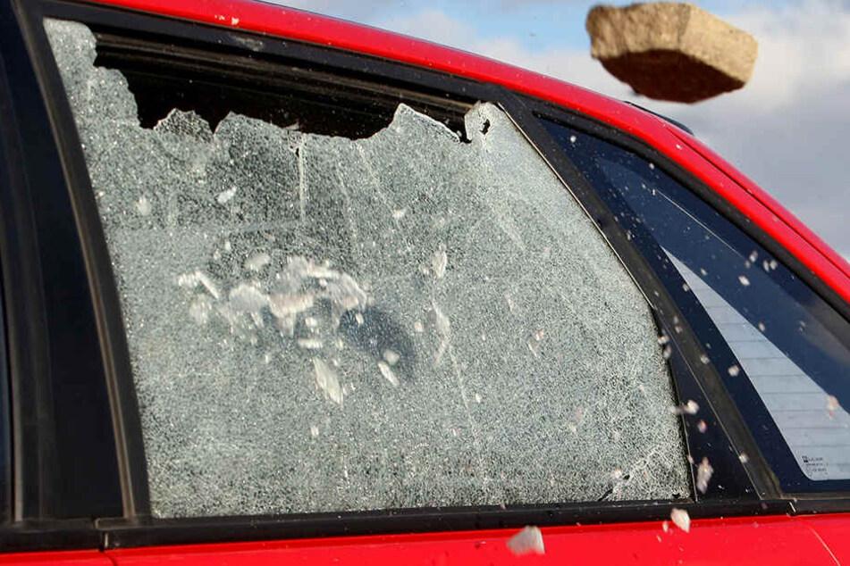Randalierer demoliert Autos und schlägt Schaufenster ein