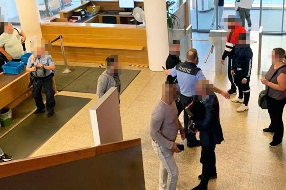 Schon vor dem Prozess ging es am Eingang des Amtsgerichts in Dresden rund zwischen den Streithähnen.