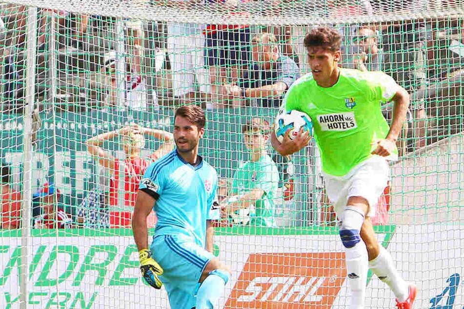 Myroslav Slavov (r.) konnte Unterhachings Torwart Korbinian Müller in der Hinrunde gleich zwei Mal überwinden. Am Ende verlor der CFC trotzdem - wie so oft in dieser Saison, wenn Slavov auswärts traf.