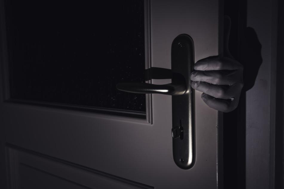 Der Einbrecher konnte die Tür öffnen, da der Schlüssel außen steckte.