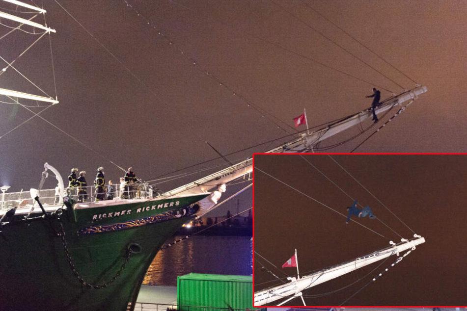 Der Mann kletterte erst auf den Bugspriet und anschließend an einem Seil hoch.