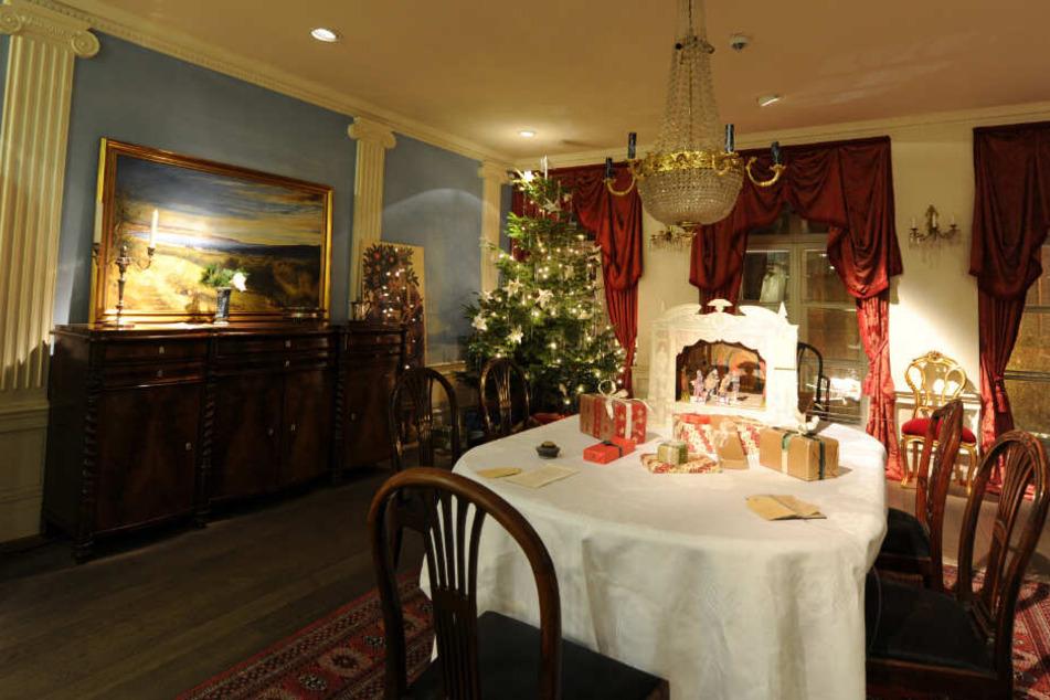 Im Inneren stehen Geschenke auf einem Esstisch.