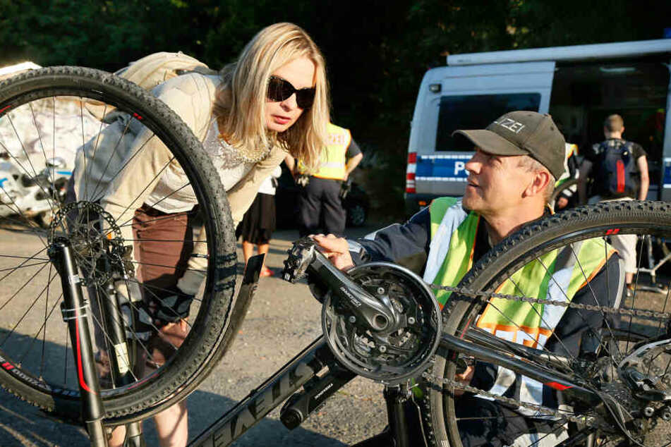 Kein Licht, keine Reflektoren: Oberkommissar RingoSchneider (43) kontrolliert das Mountainbike von Ines Genge(50).