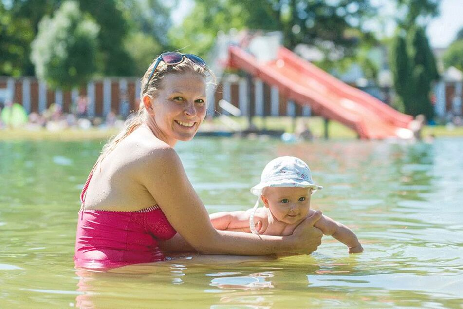 Sara Ehrlich (31) genießt mit Töchterchen Elisa das kühle Wasser.