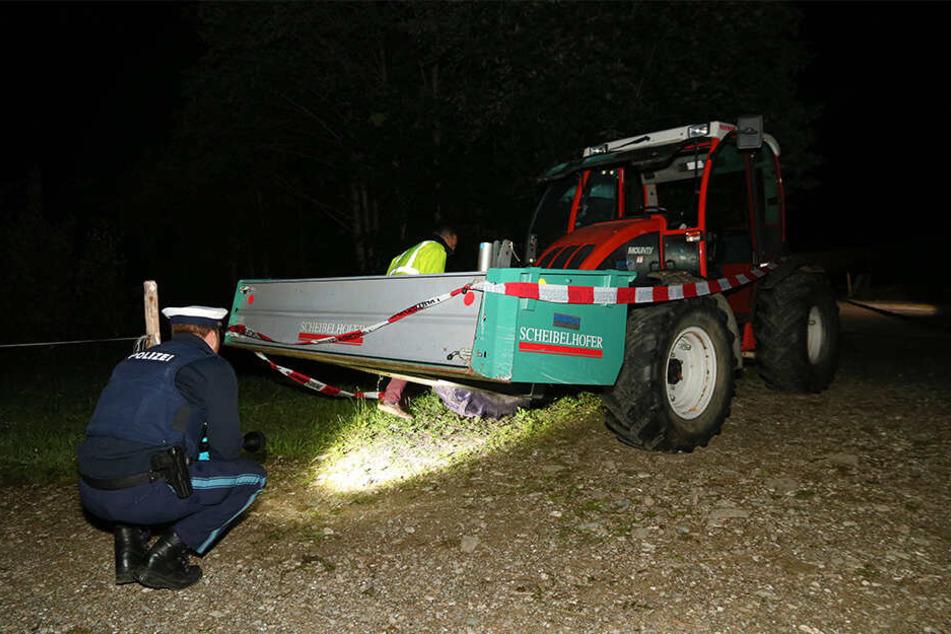 Die zuständige Polizei untersucht den Traktor in der Folge des Unfalls.