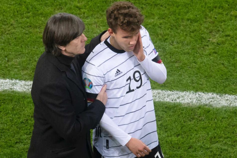 Luca Waldschmidt (r.) will Bundestrainer Joachim Löw (l.) weiterhin überzeugen.