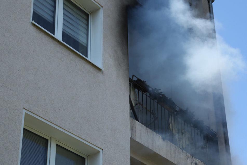 Starke Rauchentwicklung auf dem Balkon eines Mehrfamilienhauses in Cotta.