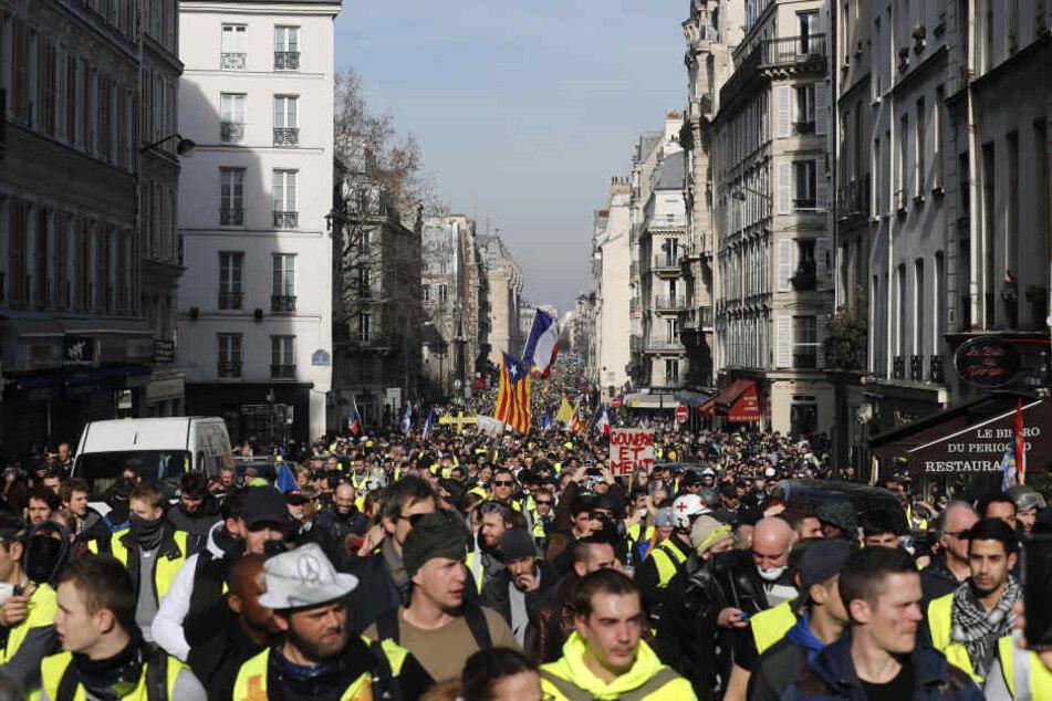 In Frankreich gingen wieder Tausende auf die Straße, um gegen die Reformpolitik der Mitte-Regierung und von Präsident Macron protestieren.