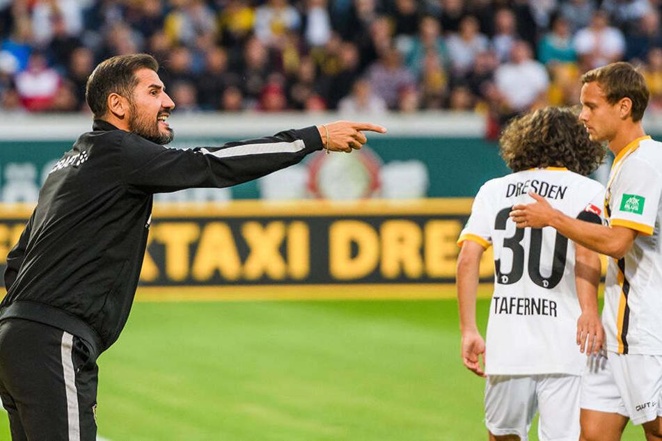 Cristian Fiel dirigiert seine Mannschaft gegen Paris St. Germain vom Spielfeldrand. Um seine Stammelf für den Auftakt zu finden, bleibt dem Spanier nur noch eine reichliche Woche.