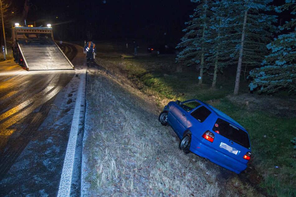 In Ohorn schlidderte ein Golffahrer mit seinem VW einen Hang hinunter und blieb liegen. Der Golf musste vom Abschleppdienst herausgezogen werden.