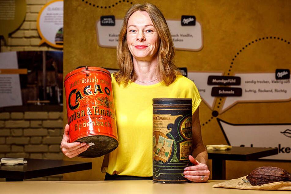 Ines Seifert vom Camondas Schokoladenmuseum zeigt Exponate von Jordan & Timaeus.