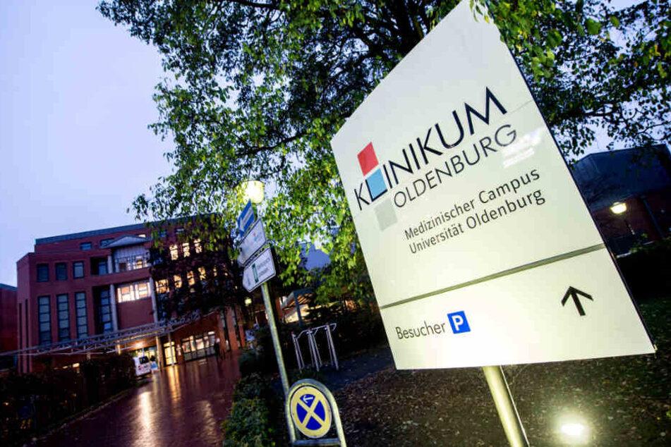 Die Taten soll der Angeklagte an den Kliniken in Delmenhorst und Oldenburg begangen haben.