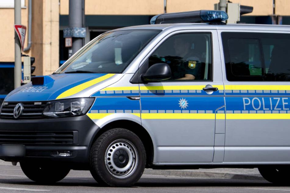 Der Polizeibus war mit Blaulicht und Martinshorn bei Rot über eine Kreuzung. (Symbolbild)