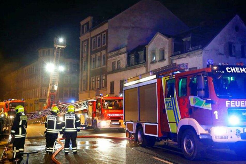 Die Feuerwehr löschte den Brand und rettete ein Opfer aus den Flammen.