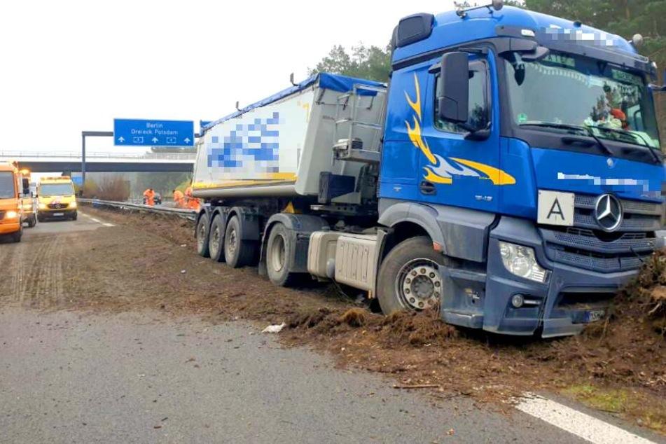 Auf der A9 ist ein Lkw in die Mittelleitplanke gekracht.