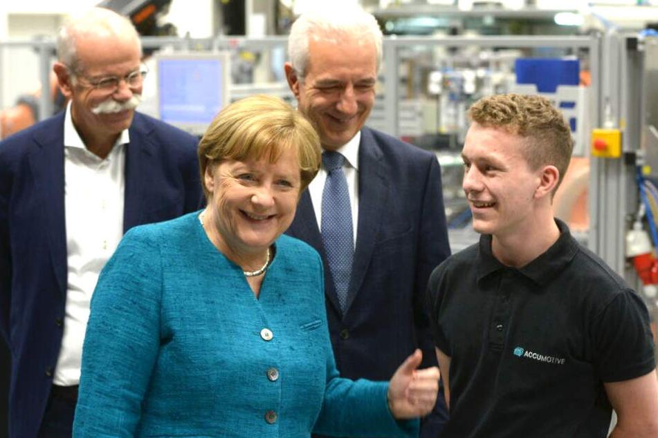 Daimler-Chef Dieter Zetsche (64), Angela Merkel (62) und Stanislaw Tillich (58, beide CDU) mit guter Laune während des Rundgangs in der Produktion.