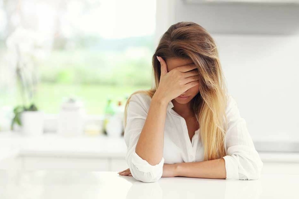 Die junge Frau befindet sich in Behandlung einer Therapeutin, um das Erlebte zu verarbeiten (Symbolbild).