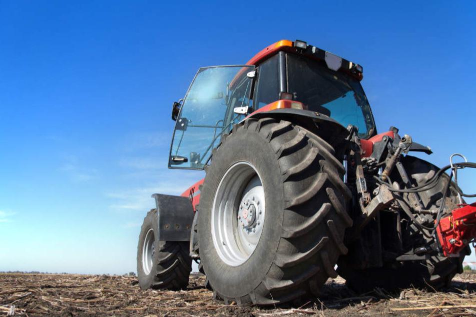 Aus bislang ungeklärten Gründen überschlug sich der Traktor des 61-Jährigen und begrub ihn unter sich (Symbolbild).