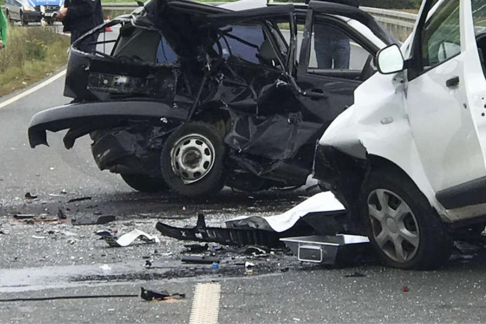 Alle an dem Unfall beteiligten Fahrzeuge wurden schwer beschädigt.