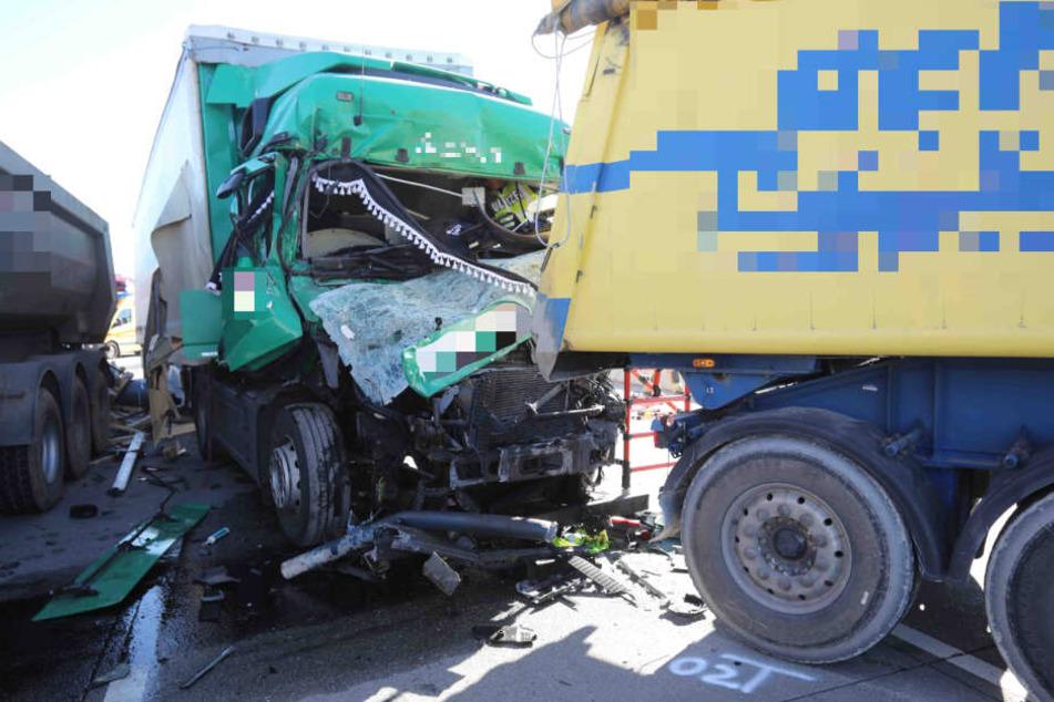 Bei einem zweiten Unfall wurde ein Laster-Fahrer in seinem Gefährt eingeklemmt und schwer verletzt.