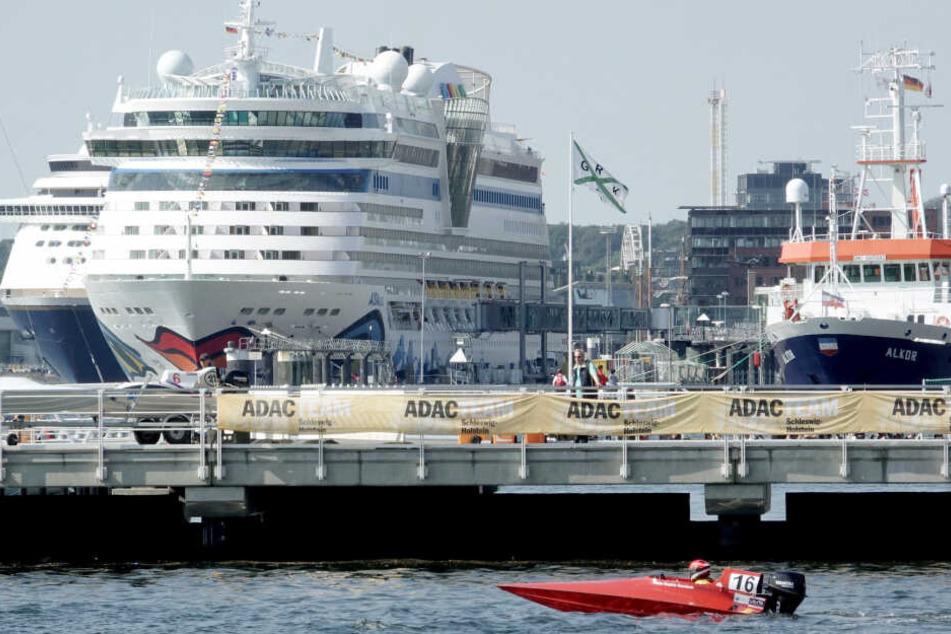 """Die Kreuzfahrtschiffe """"Amadea"""" und """"Aida Luna"""" (l-r) haben während der KielerWoche angelegt."""