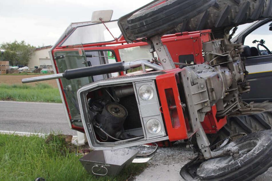 Kleintransporter will Traktor überholen, plötzlich biegt dieser ab: Fahrer schwer verletzt