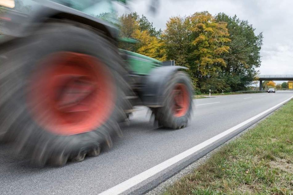 Das Mädchen überquerte gerade mit Mitschülern den Weg, als der Traktor anraste. (Symbolbild)