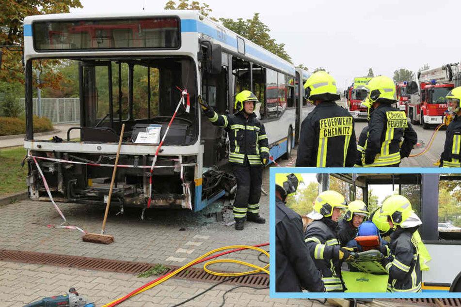 Großalarm bei CVAG: Feuerwehr zerlegt Bus in Einzelteile