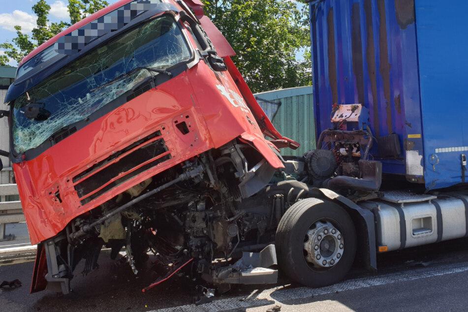 Schwerer Unfall auf der A5: Drei Laster krachen zusammen!