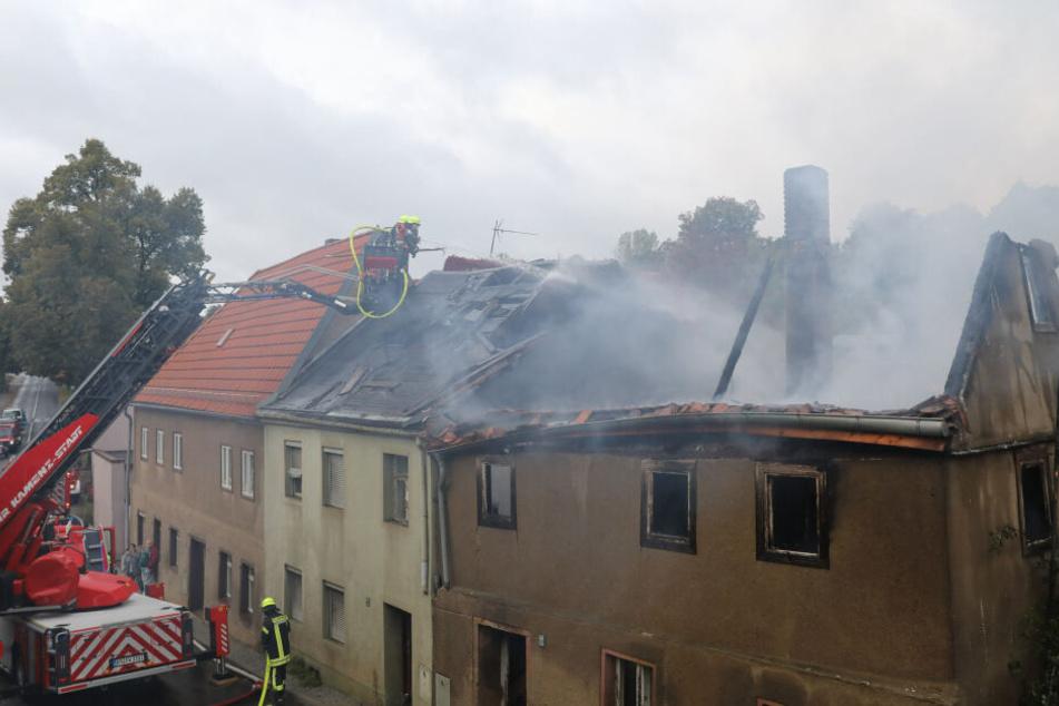 Dachstuhl brennt lichterloh, Flammen greifen auf Nachbarhaus über: Feuerwehr im Großeinsatz!
