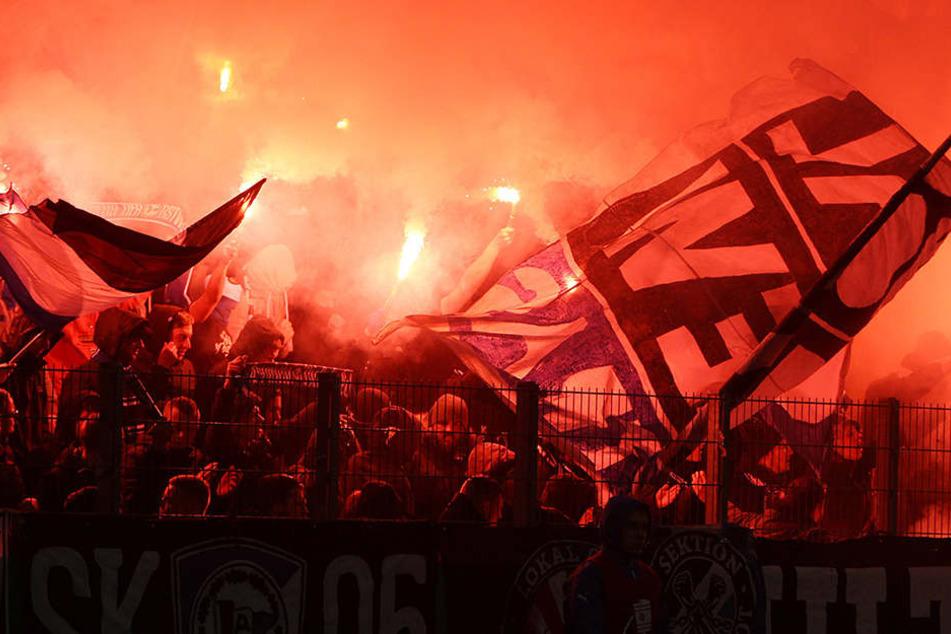 Vor Spielbeginn zündeten einige DSC-Fans bengalische Feuer.