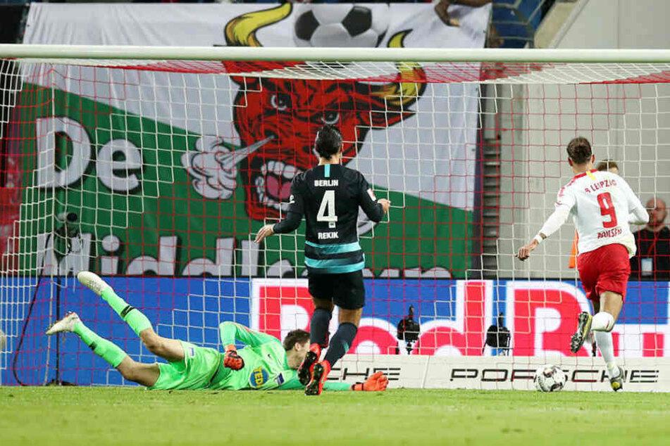 Null Problemo für Yussuf Poulsen (r.): Nach mustergültiger Vorlage von Sturmpartner Timo Werner schob der Däne zum 2:0 ein.