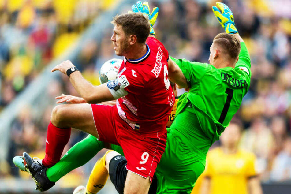 Dynamo-Keeper Kevin Broll (r.) prallt mit Bielefelds Mittelstürmer Fabian Klos zusammen.