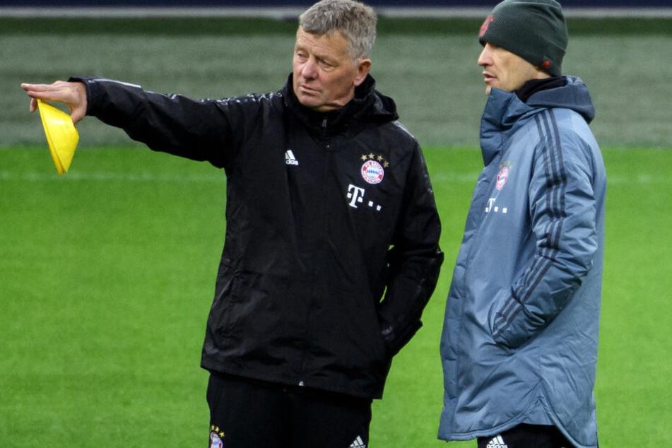Bayern-Trainer Niko Kovac (r.) und Co-Trainer Peter Hermann (l.) leiten das Training.