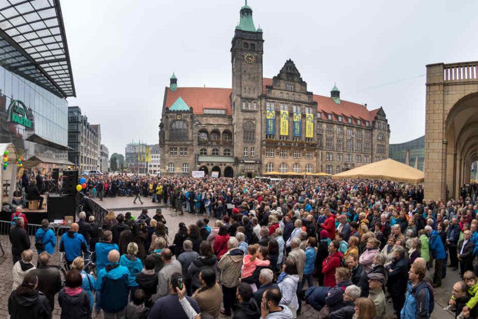 Bei der Kundgebung der Evangelisch-Lutherischen Kirche war der Neumarkt gut gefüllt. Zu den Rednern gehörten unter anderem OB Barbara Ludwig (56, SPD), Innenminister Roland Wöller (48, CDU) und Ministerpräsident Michael Kretschmer (43, CDU).