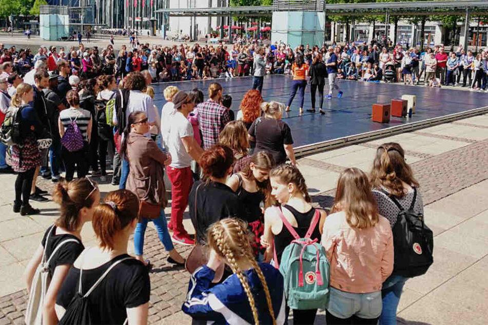 Hunderte Menschen vor der Oper! Was ist denn hier in Leipzig los?