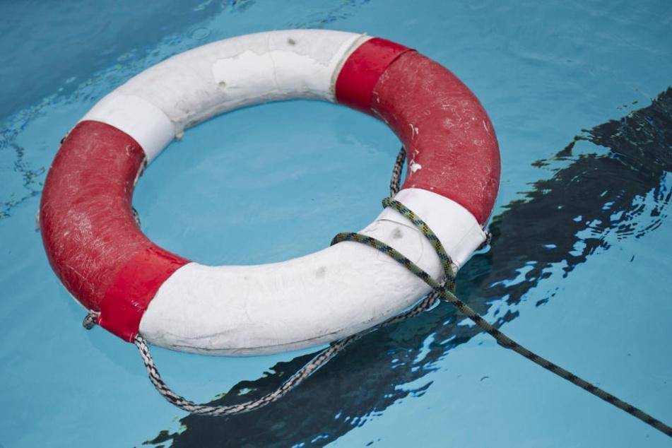 Das Kind wurde leblos im Wasser des Beckens gefunden. (Symbolbild)