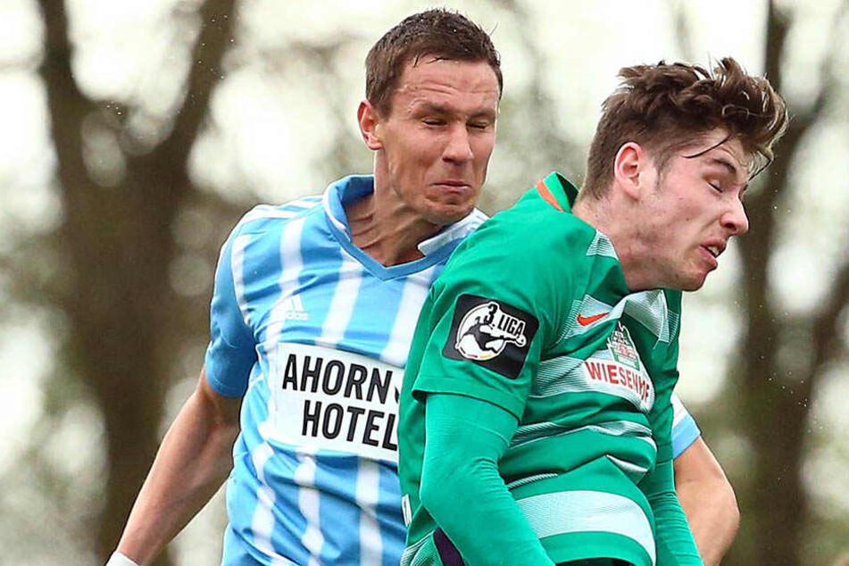 Tim Danneberg (l.), hier beim Kofballduell mit dem Bremer Leon Jensen, hat ein Jahr in Kiel gespielt und weiß um die Stärken der Schleswig-Holsteiner.