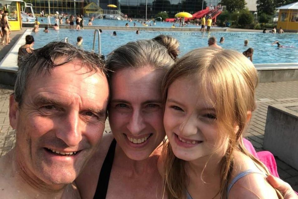 Thomas Geisel (SPD), Oberbürgermeister von Düsseldorf, seine Ehefrau Vera und seine Tochter Teresa fotografieren sich im Rheinbad.