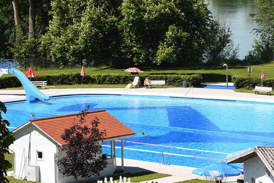 Der Achtjährige sprang in dem Freibad in ein für ihn zu tiefes Schwimmbecken (Symbolbild).
