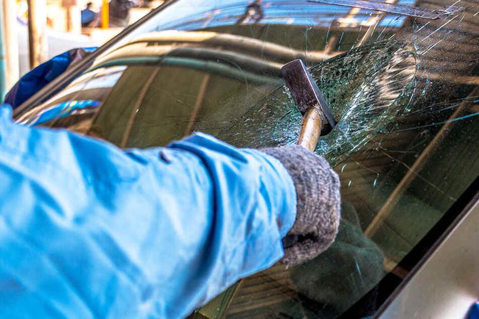 Die Scheiben der Autos wurden eingeschlagen, um an die Wertgegenstände zu gelangen.