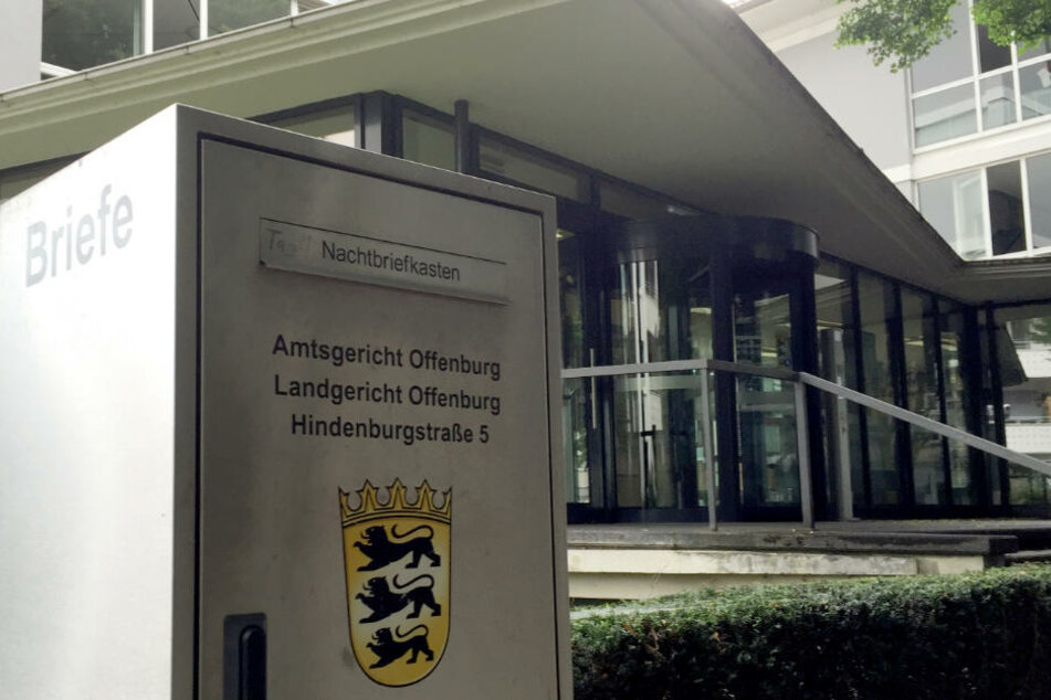 Wegen schweren Bandendiebstahls und Herbeiführung einer Sprengstoffexplosion müssen sich die Männer vor dem Landgericht Offenburg verantworten.