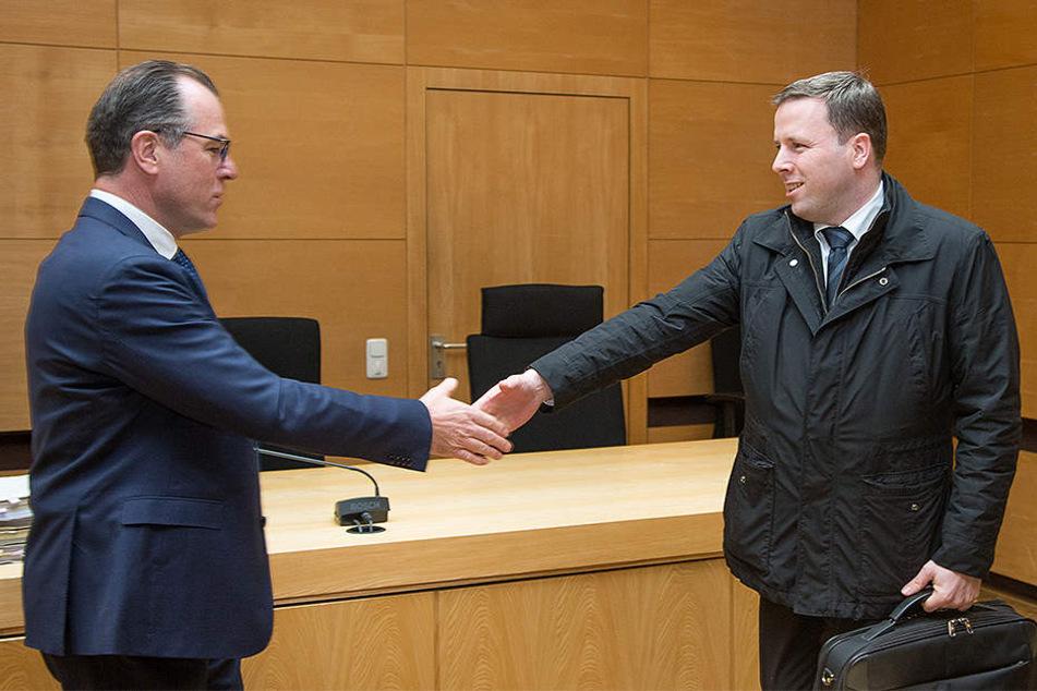 2016 begrüßte der Unternehmer Clemens Tönnies (links) seinen Neffen Robert Tönnies im Landgericht Bielefeld mit einem Handschlag.