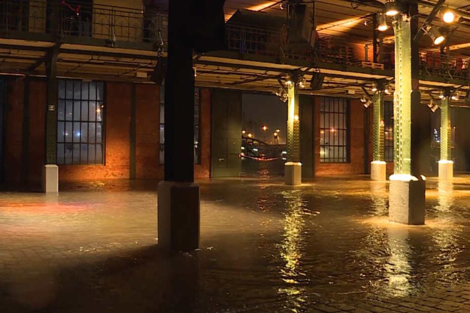 Wasser läuft während der Sturmflut am Dienstagmorgen in die Fischauktionshalle.