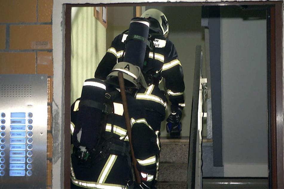 Feuer in Hochhaus: Mann will Bewohner retten und gerät selbst in Gefahr